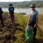 Doi braconieri piscicoli din Horgești prinși de jandarmi pe Lacul Răcăciuni
